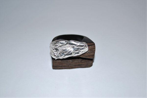 Ibenholt ring med rustik finsølv