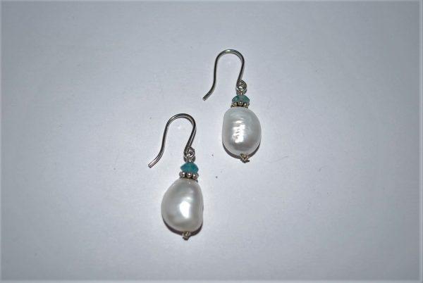 Øresmykker med fersvandsperler og facet flourite ørehængere i sølv.