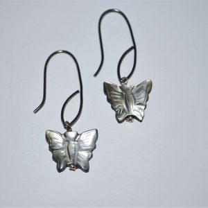 Øresmykker, Perlemor sommerfugl isat oxyderet sølvbøjle.