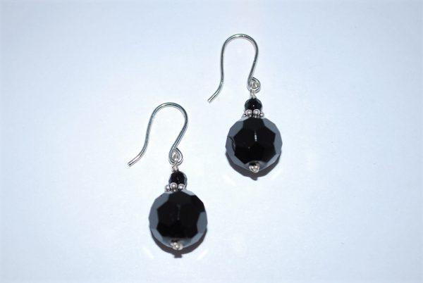 Øresmykker i facetteret onyx med lille onyx og ørehængere i sølv.