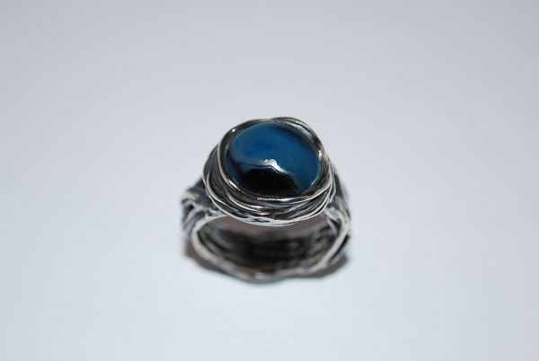 Oxyderet viklering med specialfremstillet glas i blå nuancer.