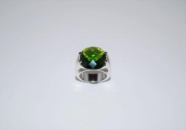Ring gedigen rhodineret med facetteret med grøn cubisk zirconia