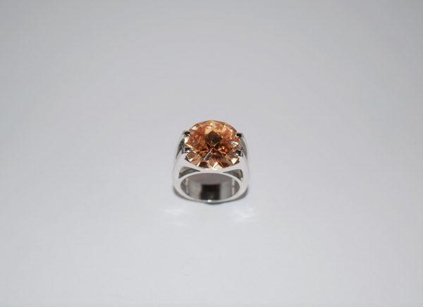 Ring gedigen rhodineret med facetteret karamelfarvet Cubisk zirconia.