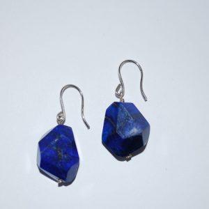 Ørebøjle med rustik poleret lapis lazuli.