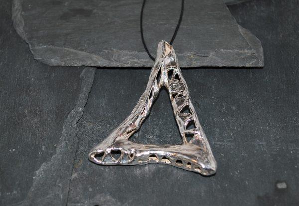 Vedhæng/Broche isat flexibel coated bomuldssnor - trekant